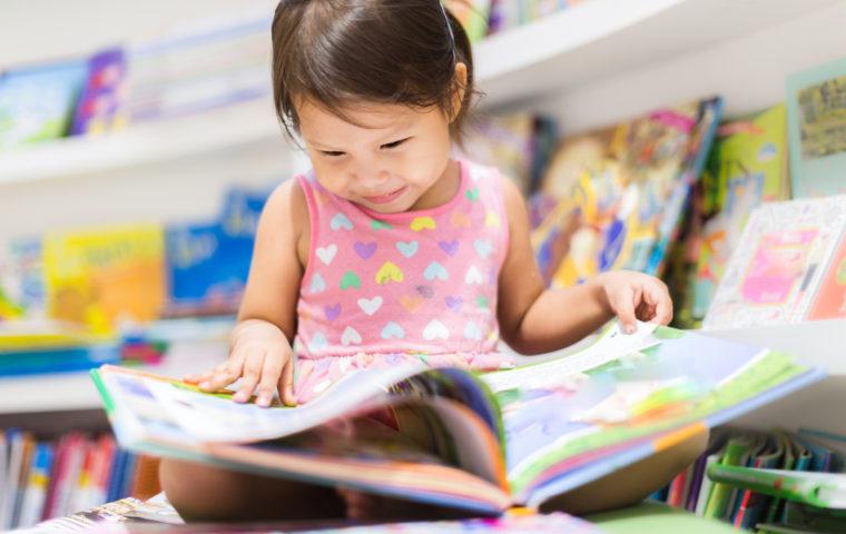 子どもが本を読む様子